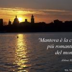 skyline al tramonto con scritta