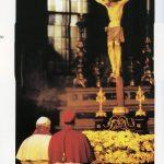 Papa Giovanni Paolo II prega davanti al Sangue di Cristo